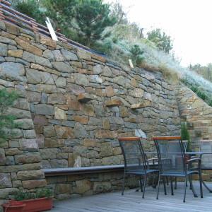 Vysoká opěrná zeď – Bílovice nad Svitavou, Dobrovského