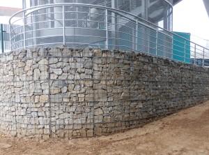 Gabionová zeď – Brno, univerzitní kampus Bohunice